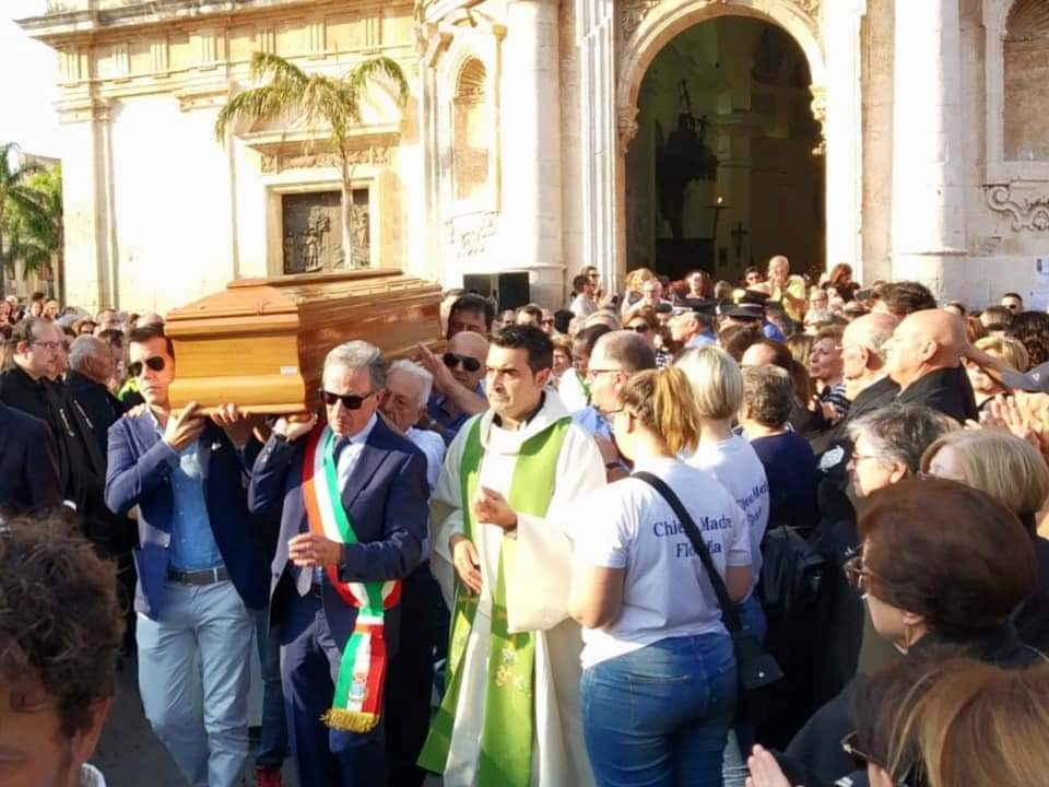 Floridia, commozione a tanti applausi per l'addio a Padre Loterzo (Foto/Video)