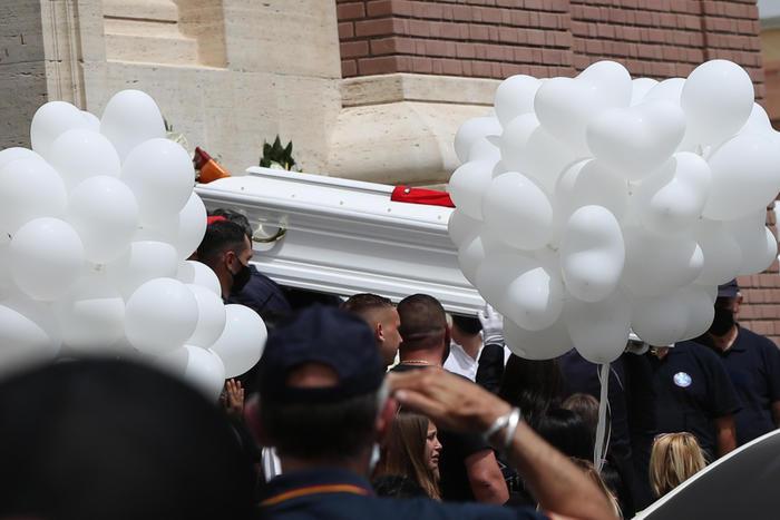 L'ultimo saluto ai fratellini di Ardea, palloncini bianchi in cielo