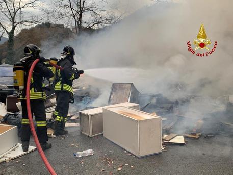 Baracca in fiamme, corpo carbonizzato a Cornigliano