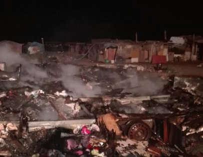 Incendio in una baraccopoli nel Foggiano, una vittima