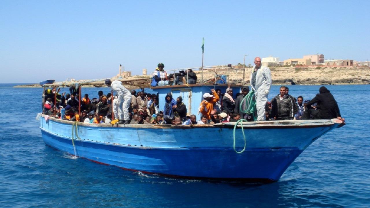 Una barca con 50 migranti approda a Lampedusa