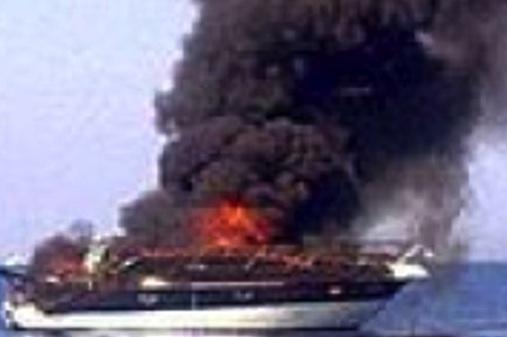 Imbarcazione in fiamme ad Augusta, due occupanti sbalzati in mare ma illesi