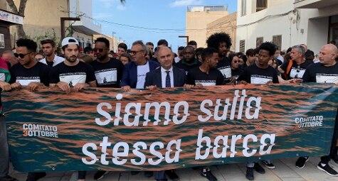 Corteo a Lampedusa per ricordare i 368 migranti morti nel naufragio di 6 anni fa