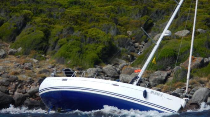 Barca a vela sugli scogli ad Agnone, in soccorso anche i carabinieri