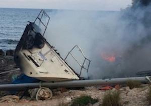 Portopalo, danno fuoco a una barca a vela finita contro gli scogli