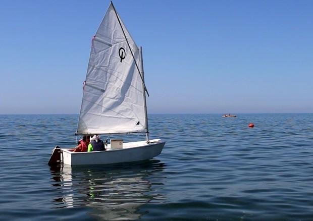 Livio, ha dieci anni e non vede: ma riesce a portare la barca a vela