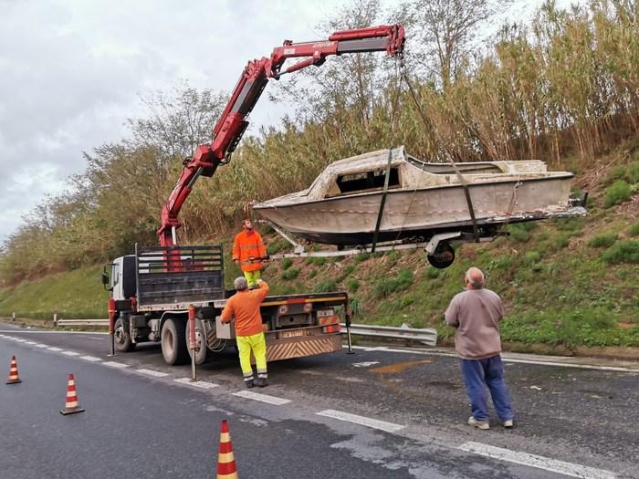 Rimossa la barca sulla strada  Domitiana nel Comune di  Giugliano