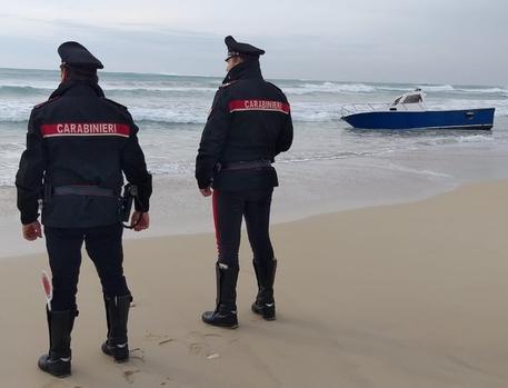 Onda anomala capovolge una barca, 2 pescatori dispersi e uno salvo