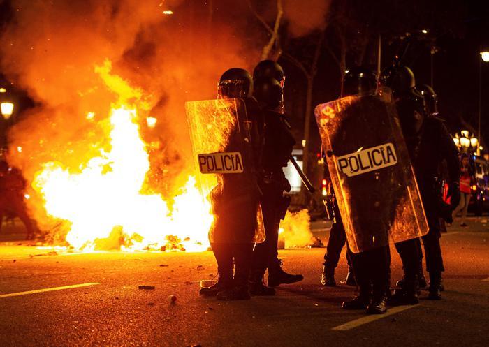 Indipendenza della Catalogna, sale la tensione a Barcellona: 30 arresti nella notte