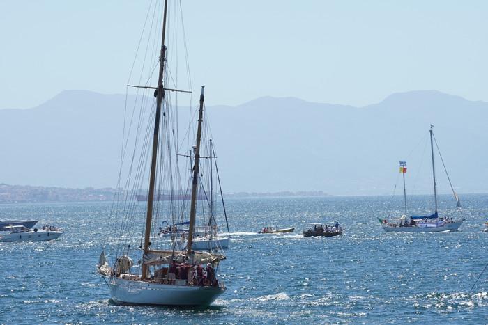 Corteo di barche a Napoli, De Magistris lo dedica a Carola la capitana della Sea Watch