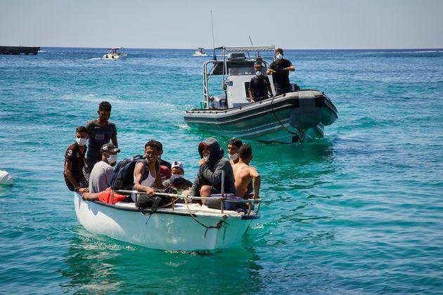 Tre barchini con una cinquantina di migranti a Lampedusa