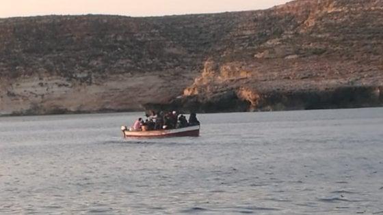 Migranti a Lampedusa, arrivati 11 barchini in 24 ore: sbarchi continui