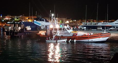 Cento migranti a Lampedusa a bordo di 9 barchini