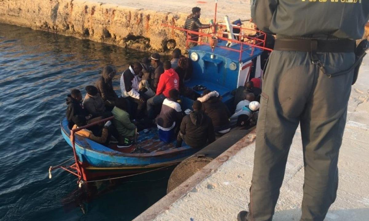 Sbarco di venti tunisini con un barchino a Lampedusa