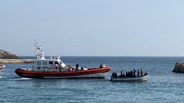Sbarchi a Lampedusa, altri 19 migranti: veliero Alex verso confisca