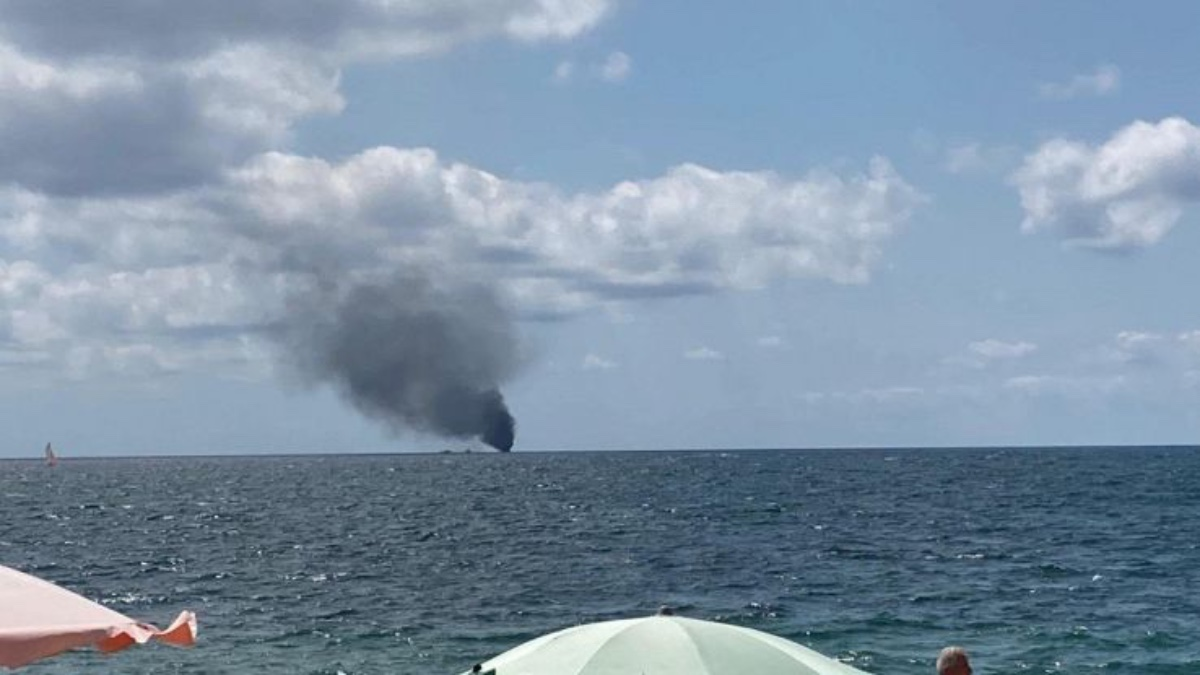Crotone, barcone di migranti va a fuoco: 3 morti e un disperso