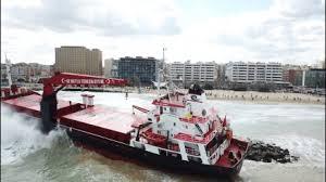 Mercantile arenato nella spiaggia di Bari: tre falle nello scafo