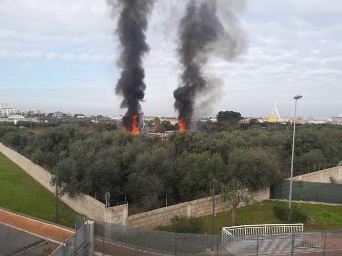 Incendio in un campo Rom a Bari: nessun ferito