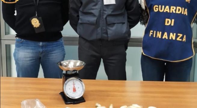 Trafficante di droga ingerisce 54 ovuli di eroina: arrestato dalla Finanza a Bari