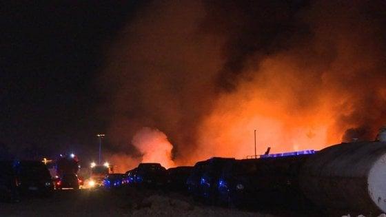 Incendio in un deposito giudiziario di Bari: 100 auto distrutte