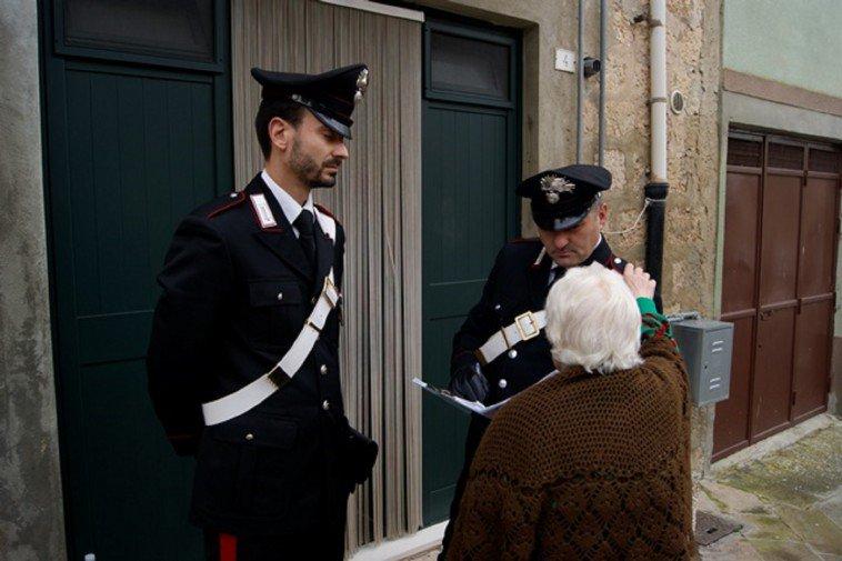 Rapinavano persone anziane a Bari, scattano tre arresti