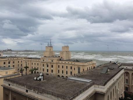 Maltempo, traghetti fermi nel porto di Bari: bussasca forza nove