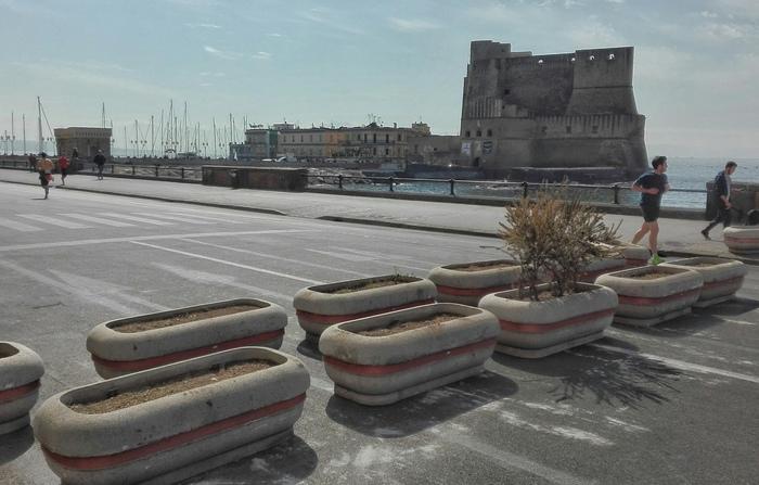 Barriere anti-camion sul lungomare di Napoli