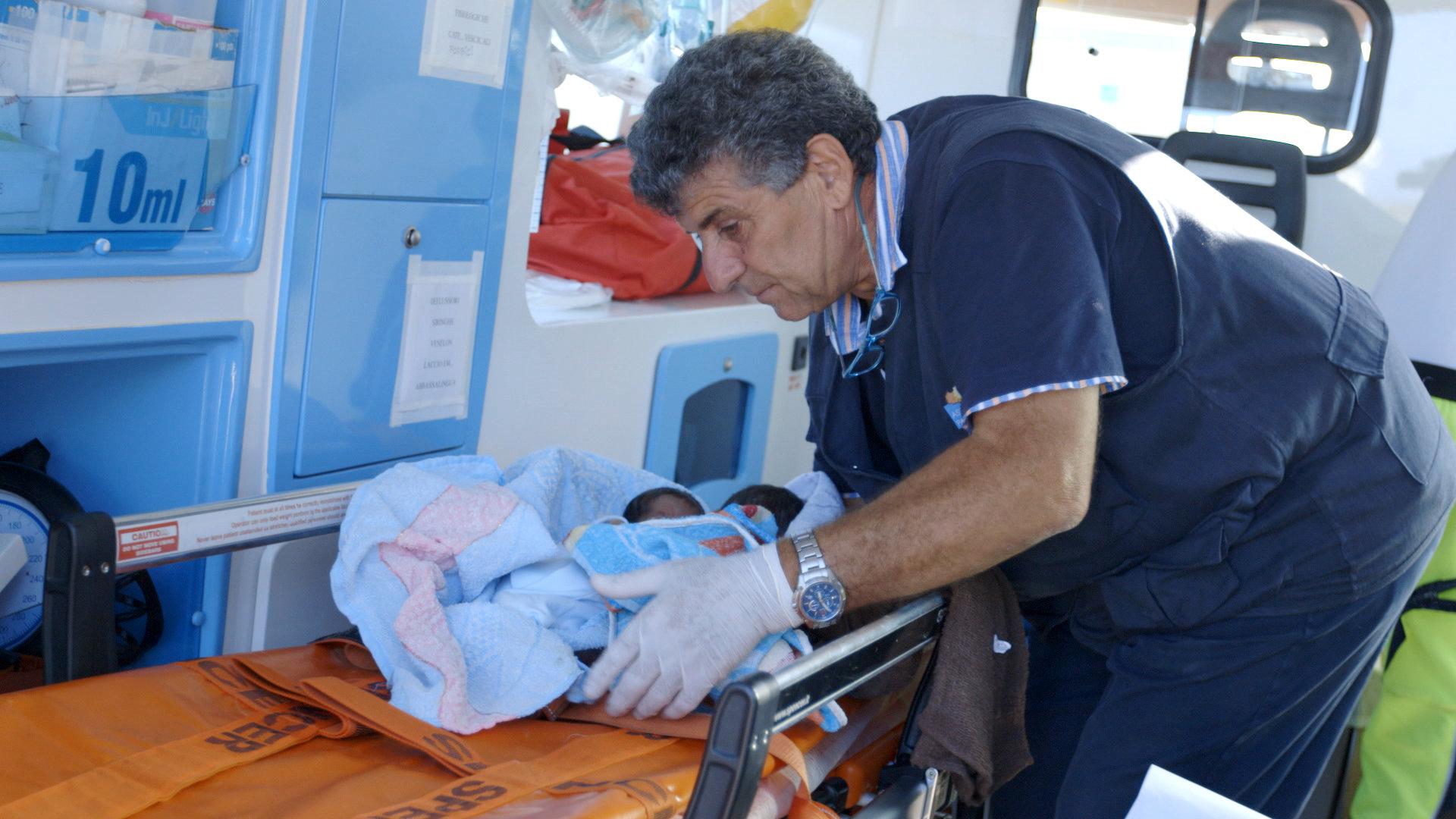 """Malaria, medico di Lampedusa: """"I migranti superman, altro che untori"""""""