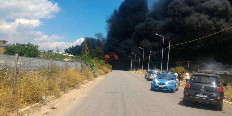 Scoppia un incendio in un deposito di rifiuti di plastica a Battipaglia