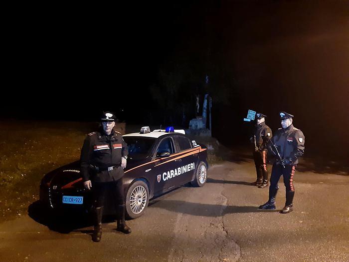 Bergamo, fuggono all'alt dei carabinieri e si schiantano con l'auto: un morto