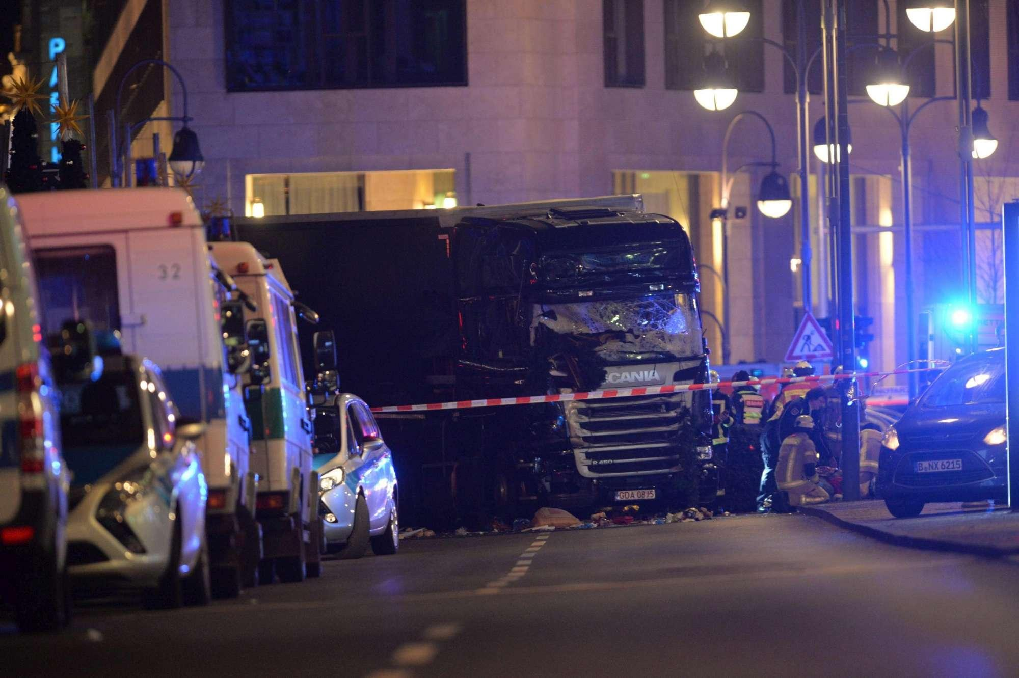 Berlino, l'autista del tir provò a evitare strage: segni di lotta a bordo