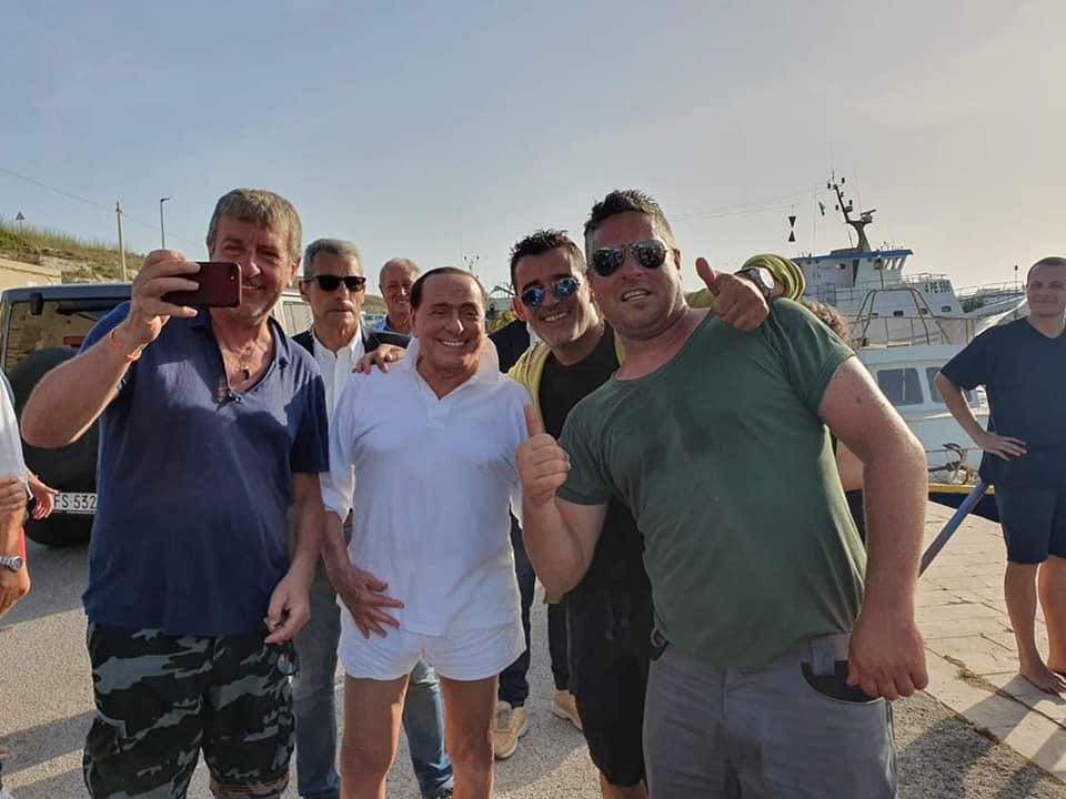 Berlusconi in visita a Lampedusa, caccia al selfie