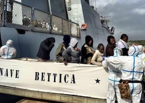 Sbarco di 110 migranti ad Augusta, portati a terra anche tre feriti
