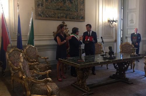 Catania, Bianco consegna l'elefantino d'argento al colonnello Manna