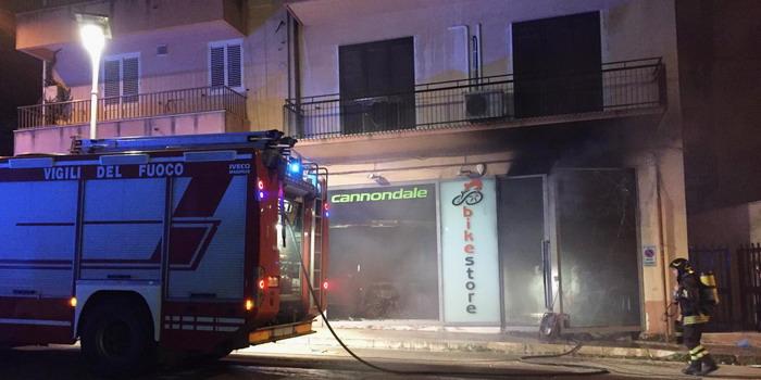 Il negozio di bici in fiamme a Ragusa: incendio di natura dolosa