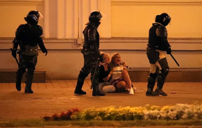 Sale la tensione in Bielorussia, duemila arresti: la Polonia media
