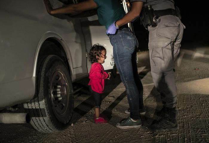 Bimba in lacrime al confine col Messico: è la foto dell'anno