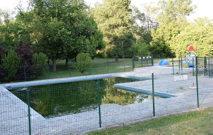 Carini, bimbo di due anni cade in piscina mentre gioca e muore annegato