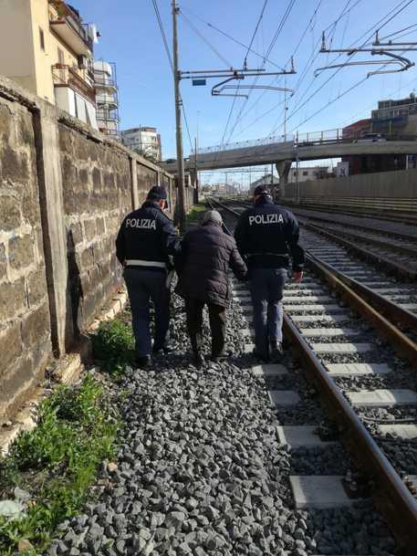 In stato confusionale cammina lungo i binari a Barletta, 80enne soccorso