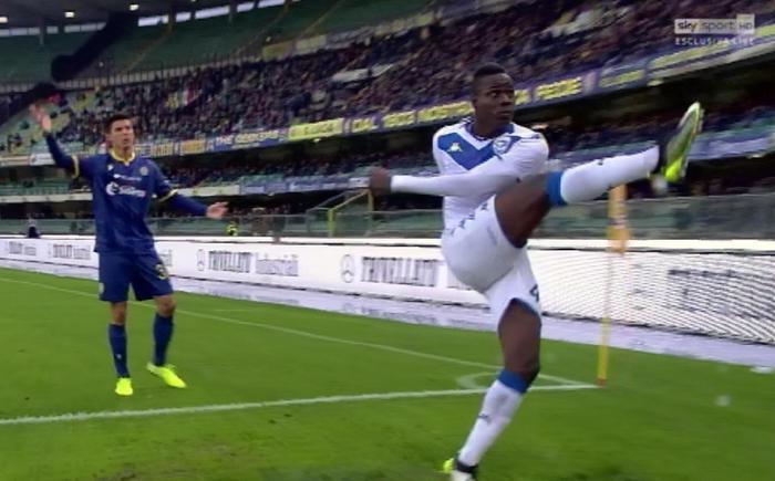 """Ultrà del Verona contro Balotelli: non è del tutto italiano, lui replica, """"siete piccoli esseri ignoranti"""""""