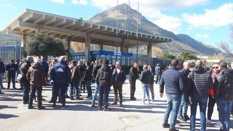 Operai Blutec passerrano il 1° Maggio davanti i cancelli della fabbrica di Termini Imerese