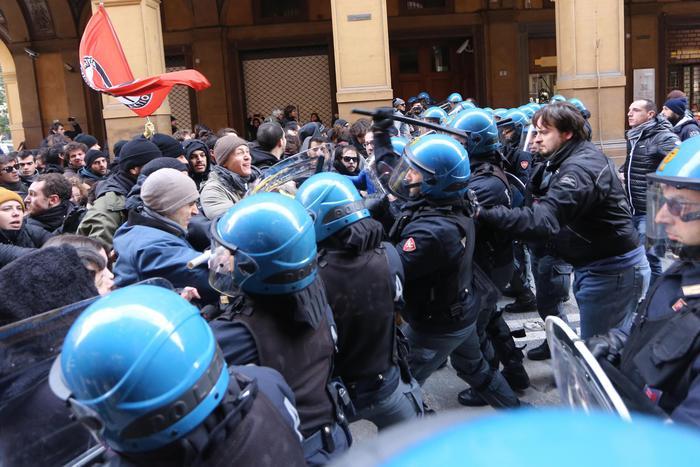 Forza Nuova, scontri a Bologna tra Centri sociali e polizia