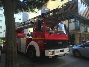 Bolzano, fuoco nella notte in un seminterrato: evacuate 100 persone
