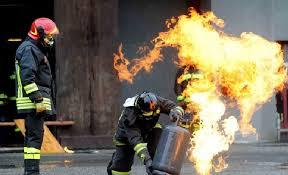 Lentini, prende fuoco una bombola: anziana salvata da polizia e pompieri