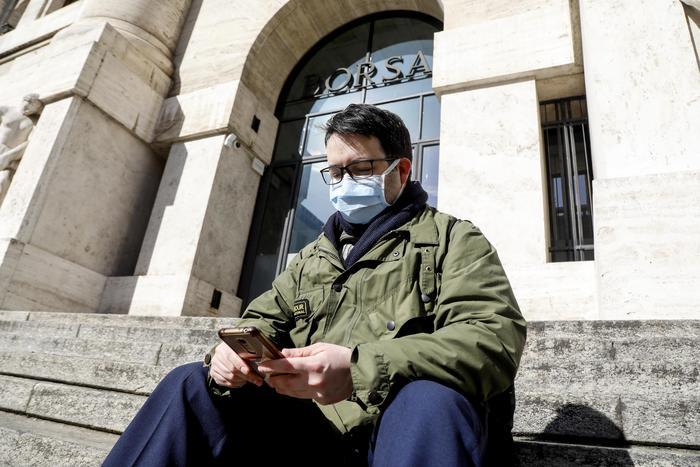Il panico affonda le Biorse, Milano chiude a - 11%, lo spread a 227,8