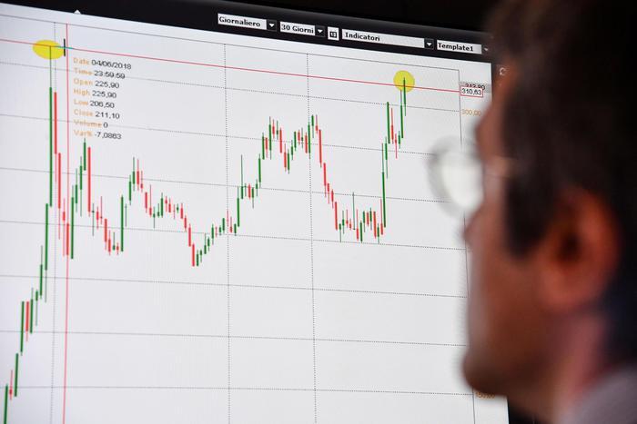 Lo spread schizza ad oltre 320, le borse europee un disastro: Milano chiude a - 2,5%