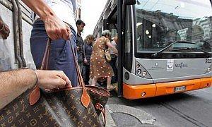 Derubano i turisti sul bus, denunciati due borseggiatori a Palermo