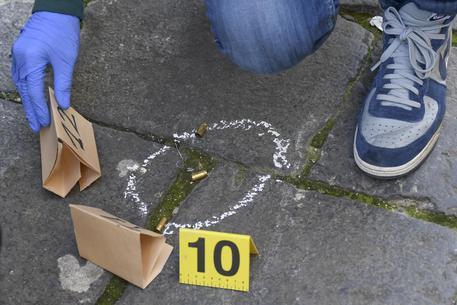 Esplosi cinque colpi di pistola in strada a Napoli, indaga la polizia