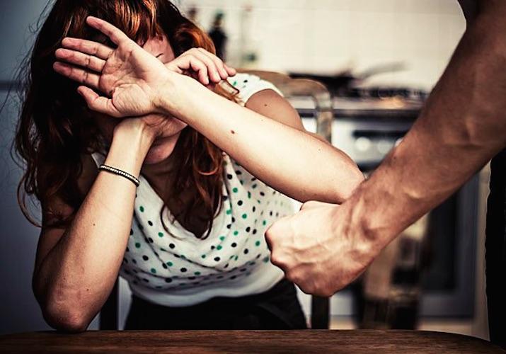 Augusta, botte alla moglie, le aveva  spappolato pura la milza: in carcere