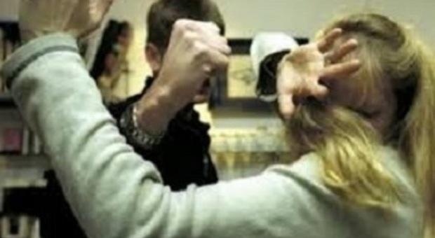 Geloso picchiava la moglie davanti ai figli piccoli: arrestato a Catania